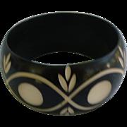 Carved Black to White Chunky Plastic Bangle Bracelet