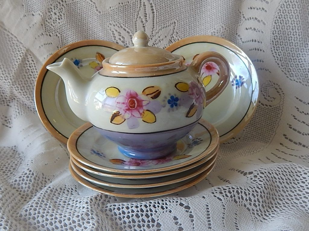 Japan Children Teapot and Six  Plates
