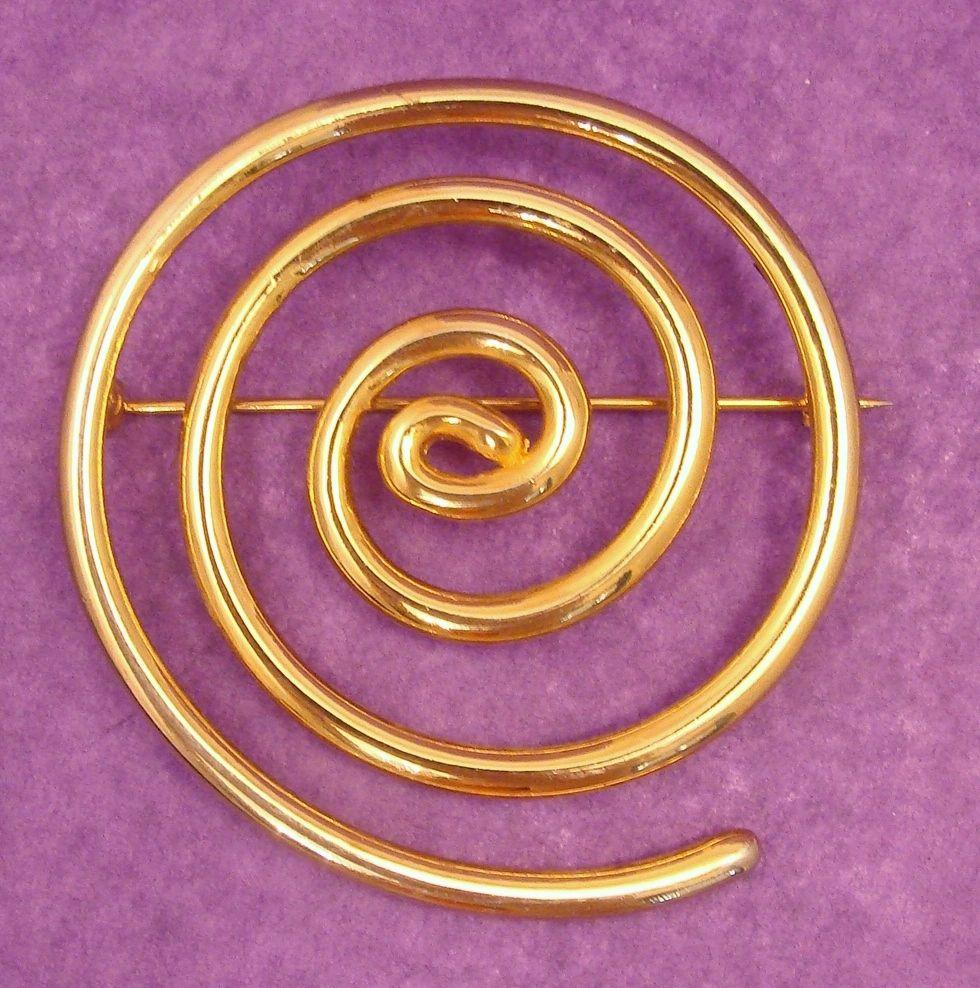 Trendy LES BERNARD Gold Tone Swirl Pin