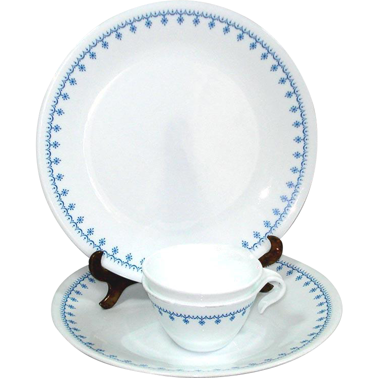 2 Corelle Snowflake Blue Garland Dinner Plates Plus Bonus Cups