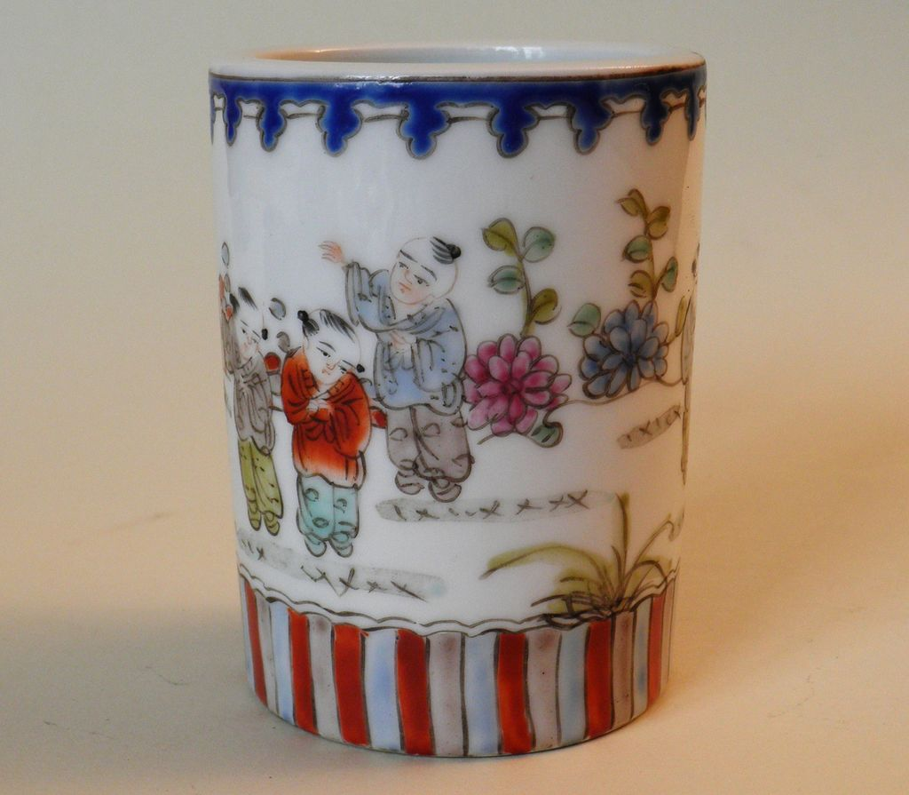 Chinese Porcelain Brush Pot, decorative Design.