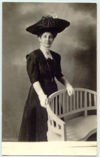 Lady in black with attractive Hat. Photo by America Photo Studio Prag