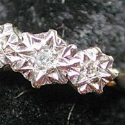 Lovely vintage hallmarked 18-carat gold + diamonds ring