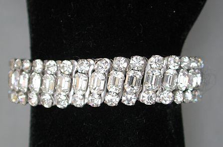 Very cute vintage expandable clear rhinestones bracelet