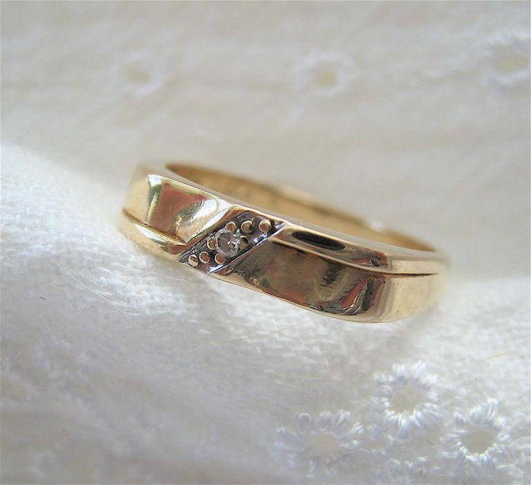10K Gold Band Ring Diamond Nice Design Signed