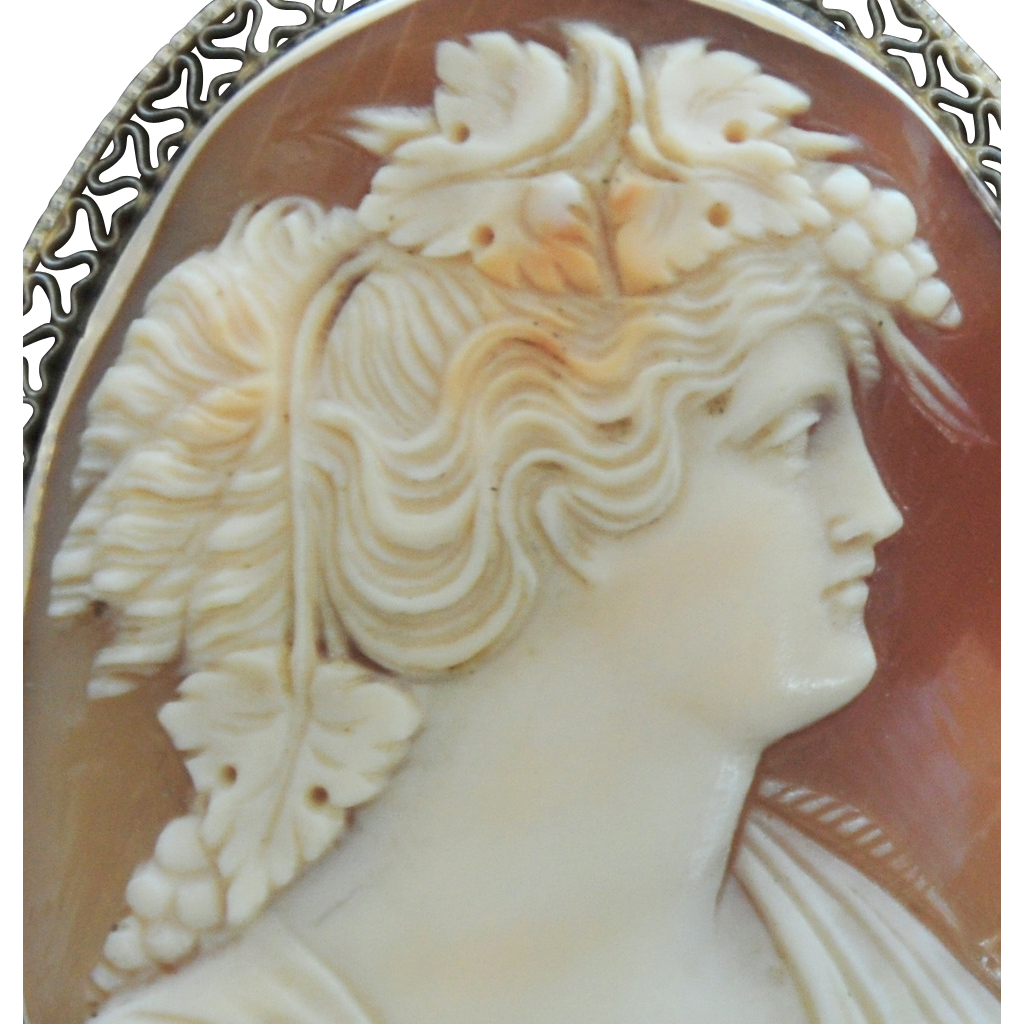 VINTAGE & SUPERB, Italian Hand Carved Cameo in 14K Gold