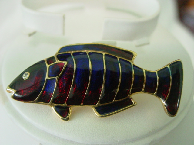 Enamel Fish w Rhinestone Eye