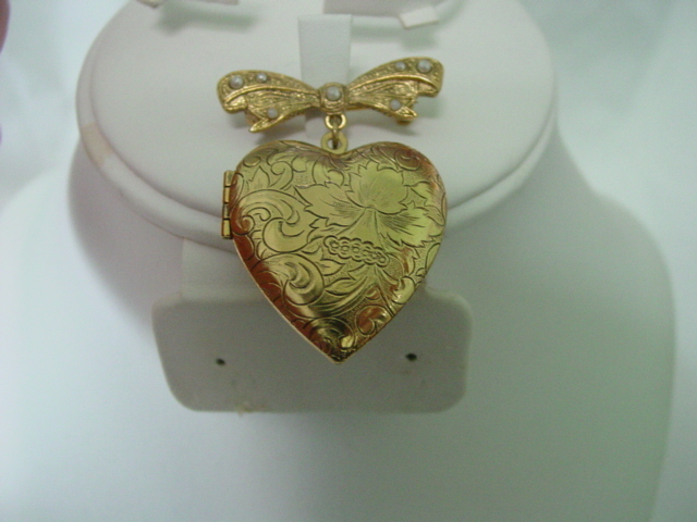 Emboss Heart Locket w Bow Pin