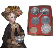 CHARMING Factory Original Antique Miniature Boxed Aluminum Toy Pots and Pan Set~HTF Fashion Doll Size!