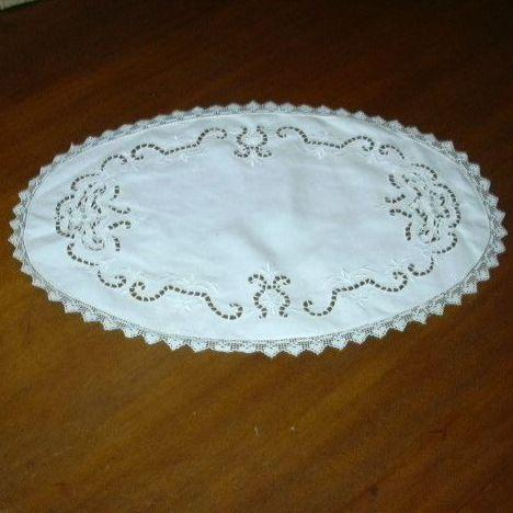 Oval Linen Filet Lace & Cutwork Table Mat
