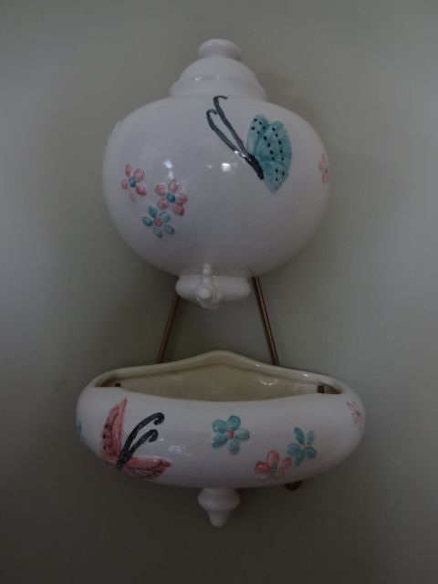 Hull Pottery Butterfly Lavabo with original Hanger