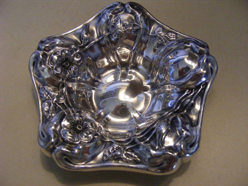 Antique Art Nouveau 1890s Van Bergh Silver Plated Nut or Ring Dish