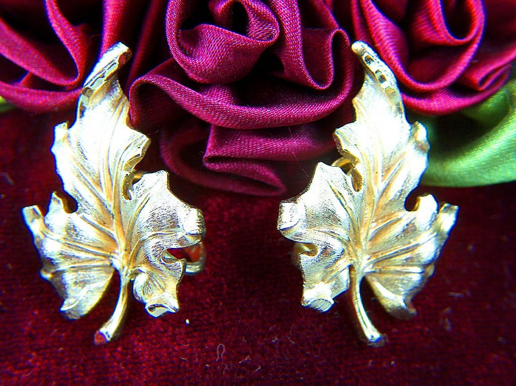Vintage signed TRIFARI Gold Toned Oak Leaves Clip Earrings