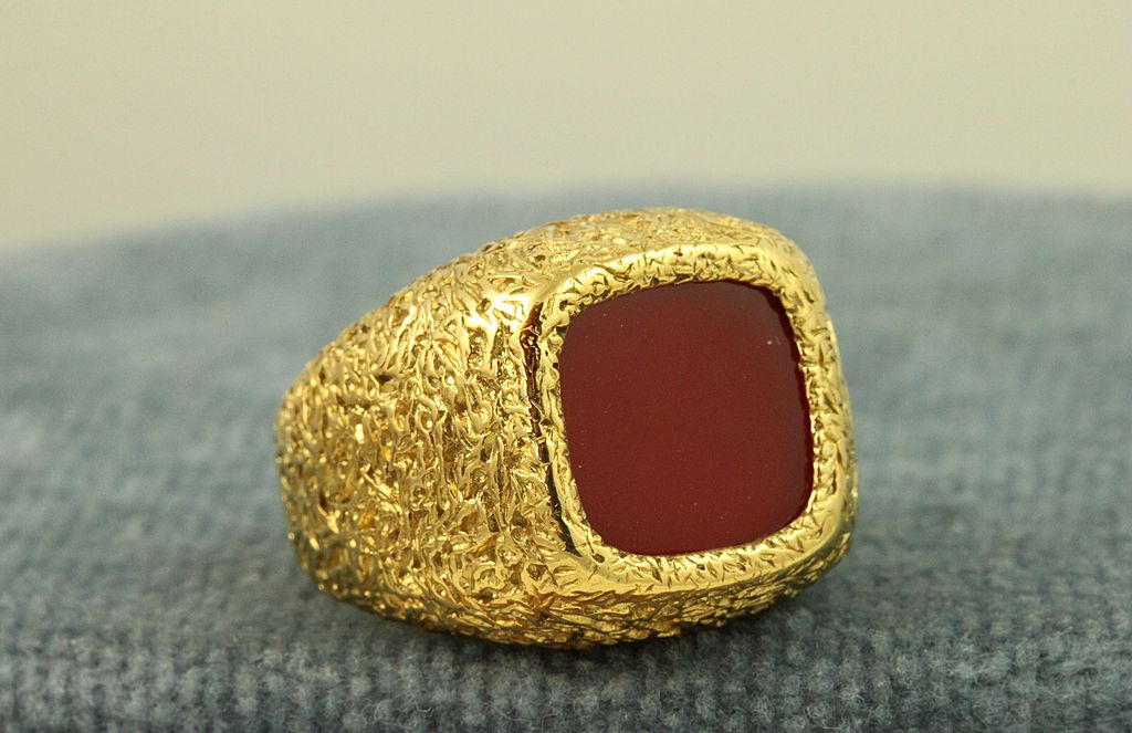 Estate 18K Carnelian Ring
