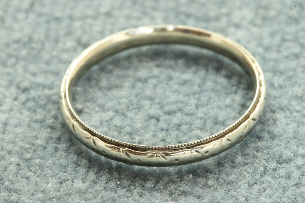 Estate 18KW Detailed Wedding Band