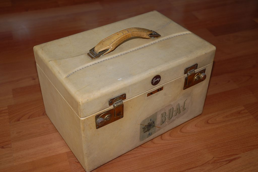 Beautiful Vintage Leather AR Beauty Case