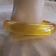 UNIQUE Vintage BAKELITE Bangle Apple Juice Colored Bakelite