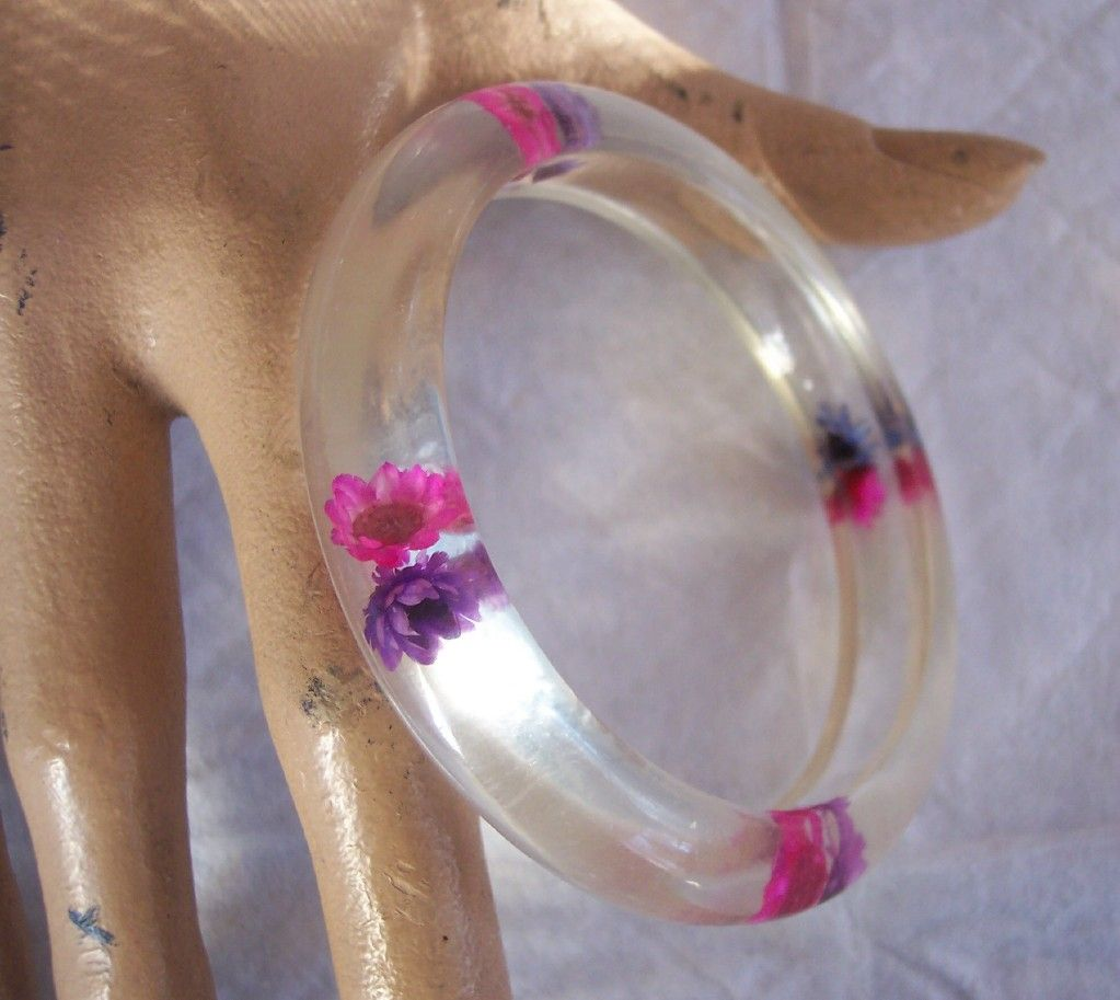 UNIQUE Vintage LUCITE Bangle Embedded Straw Flowers!