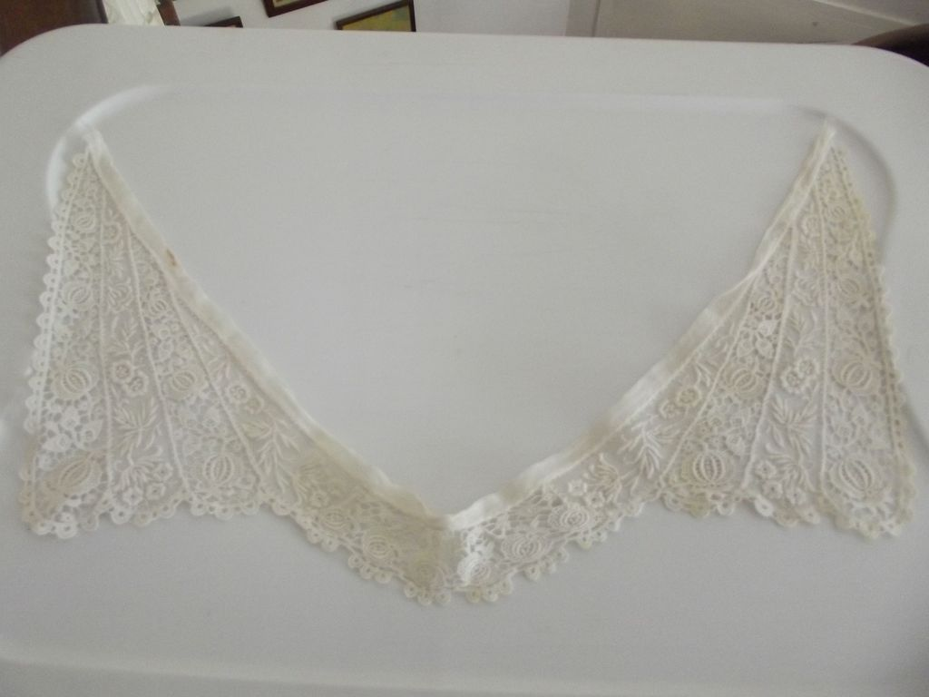 Pretty Lace Collar