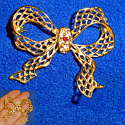 Openwork Lacy Gold Tone Dimensional Bow Brooch Rhinestone Center