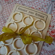 Delicious old French unused cream bakelite curtain rings  shop card ( 12 rings )