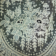Splendid 19th century flounce Brussels Point de Gaze lace : floral motifs + 5 yards