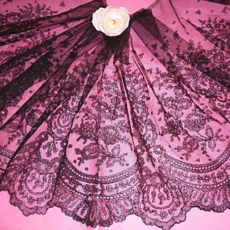 Beautiful flounce 19th C. French black Chantilly bobbin lace  : floral motifs : 4 yards ( no. 2 )