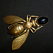 Charming 19th C. French gold colored metal bee  brooch : cabochon