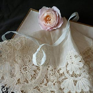 Pretty Brussels Duchess bobbin lace handkerchief : hanky with box