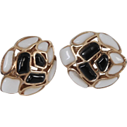 Modern Mosaics series collectible clip style earrings with black & white colored glass designed by Alfred Philippe – 1966 Trifari