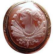 Cameo of queen with frilly collar