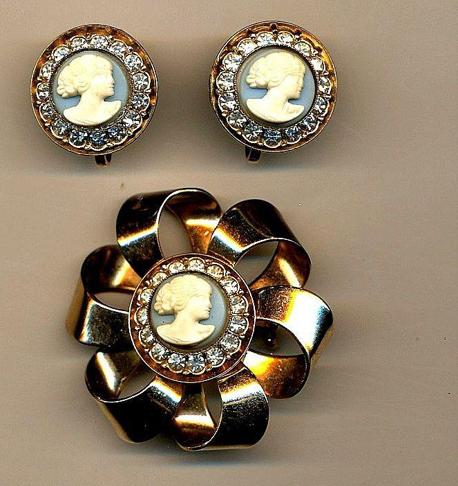 A Something-Different CAMEO Set - Bow Pin w/ Earrings