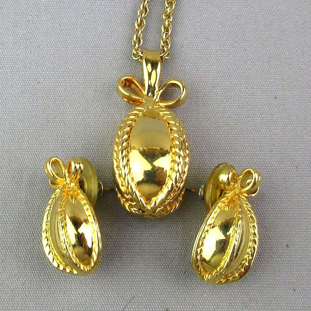 Vintage Joan Rivers Gilded Pendant Necklace Earrings Set