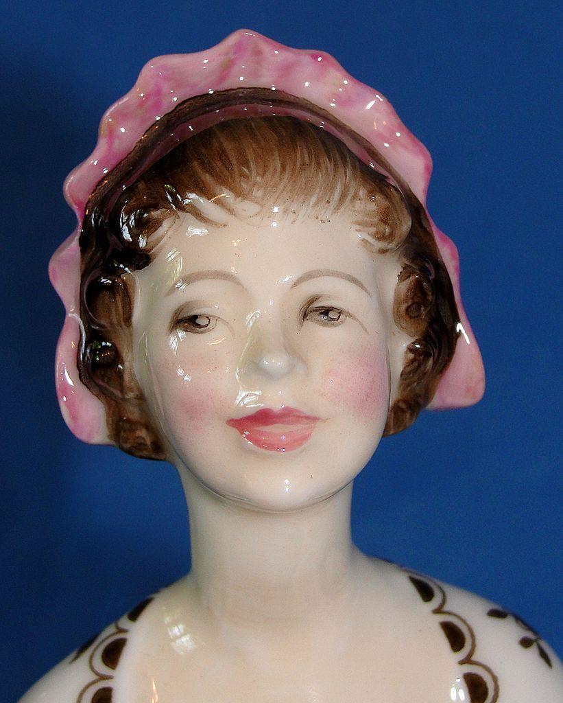 """Vintage Royal Doulton porcelain figurine """"Ballad Seller"""" HN 2266"""