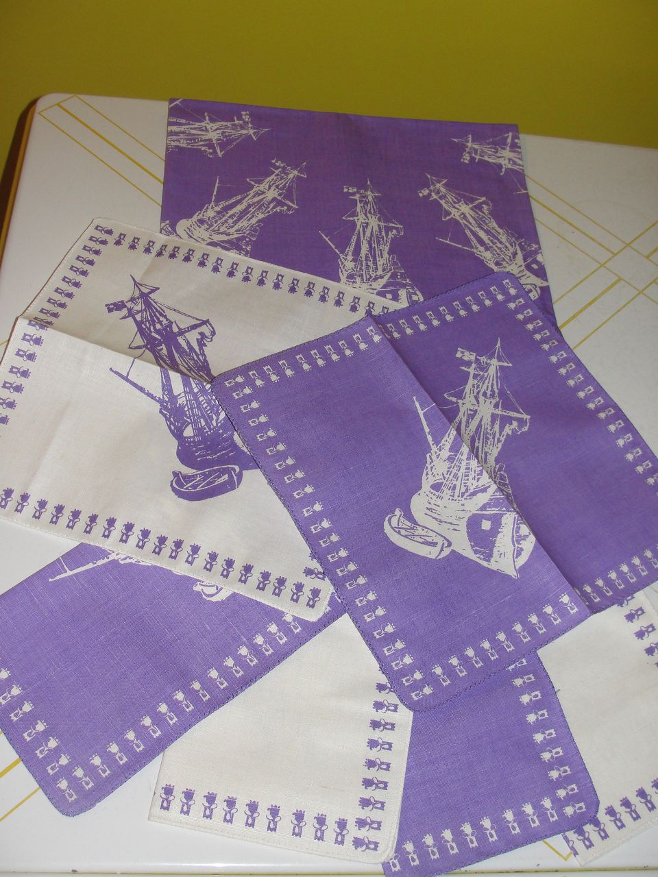 white Sailboats on an Orchid Background Tablecloth w/6 Napkins - b22