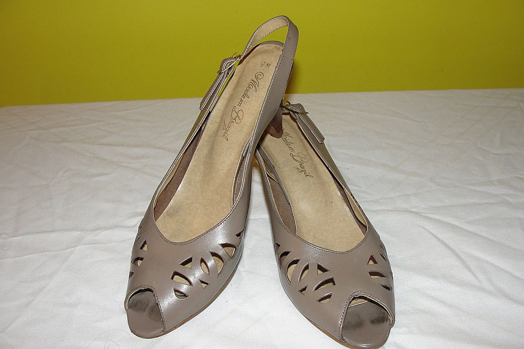 Toe Tapping Taupe Peep Toe Stack Heel Shoe size 9 - b34