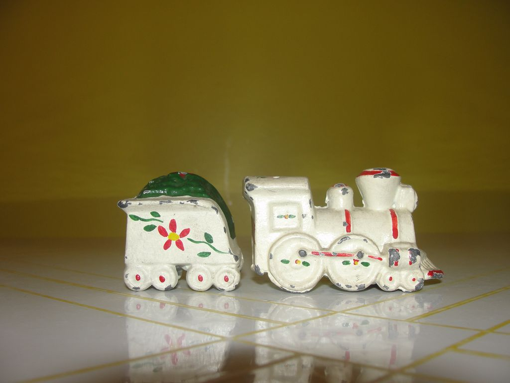 All Aboard Metal train Salt and Pepper Shakers- b38
