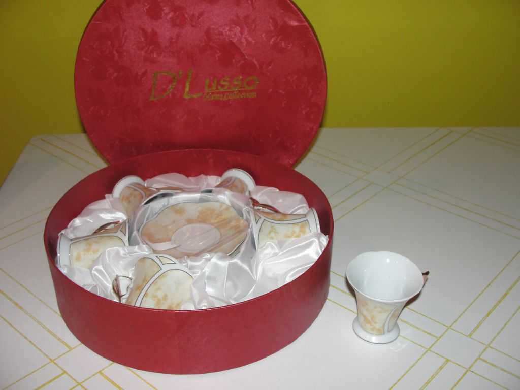 D'Lusso Home Collection Cups and Saucers In Round Box - b54