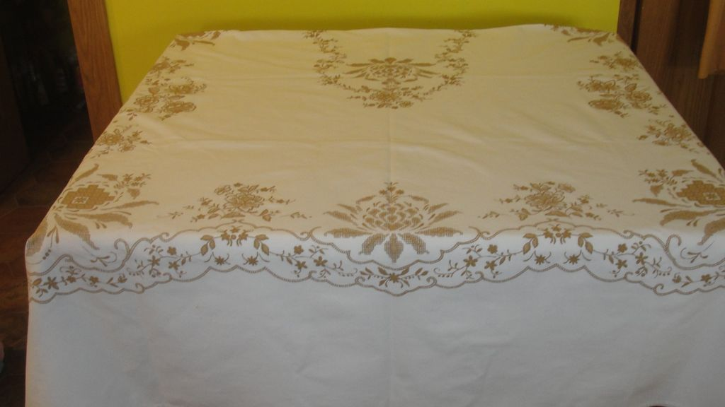 Superior Snowy White And Gold Print Christmas Tablecloth   B46
