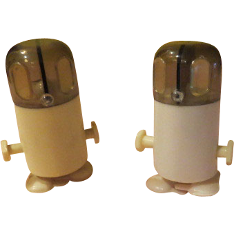 Start 'em Up - Wind-up robot Sat and Pepper Shakers - b56