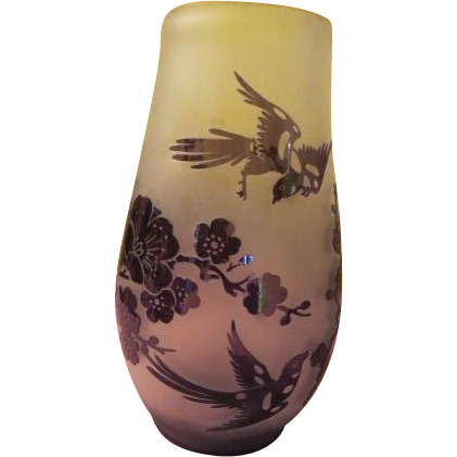 Birds in Flight Amethyst to Frosted Cameo Glass Vase - B197