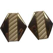 Napier Cream Plastic Gold Tone Screwback Earrings 1980s