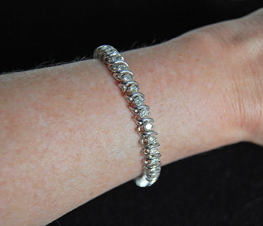 very fine DIAMOND TENNIS BRACELET - 14k white gold  (4 carats)