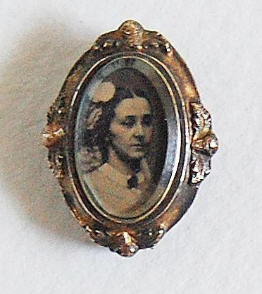 Victorian PORTRAIT BROOCH (photograph: Young Woman) / Ornate Frame