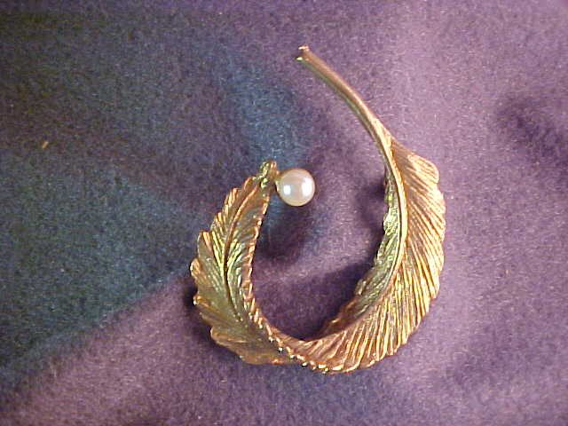Gold Tone Feather Pin with Simulated Pearl