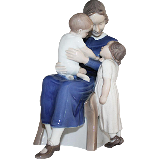 B&G Happy Family Mother with Two Children Bing and Grondahl figurine no. 2262