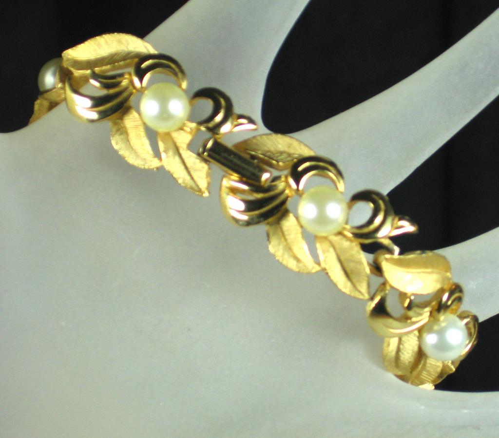 Dynasty Imitation Pearl and Gold Tone Floral Bracelet
