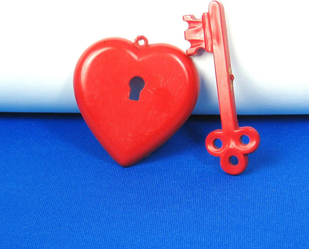 Red Early Plastic Red Valentine Heart Pendant with Key Pin
