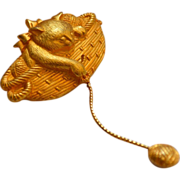 Jonette Jewelry ~ Cat in Basket w/ Ball of Yarn Goldtone Brooch/Pi