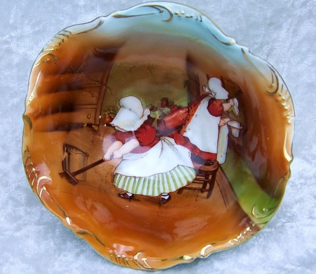 """Attractive Vintage 1900's Royal Bayreuth """"Sunbonnet's House Cleaning"""" 3 Footed Master Nut Bowl"""